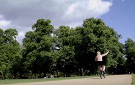 نائب بريطاني يقود دراجته عارياً