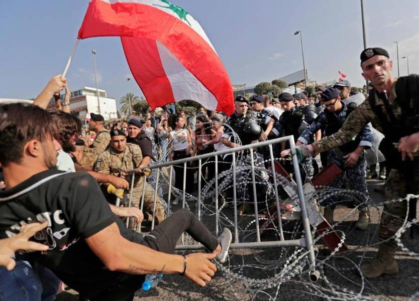 المتظاهرون يحتشدون على طريق القصر...