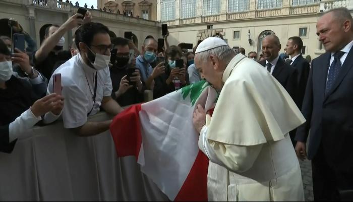 البابا فرنسيس يقبّل العلم اللبناني